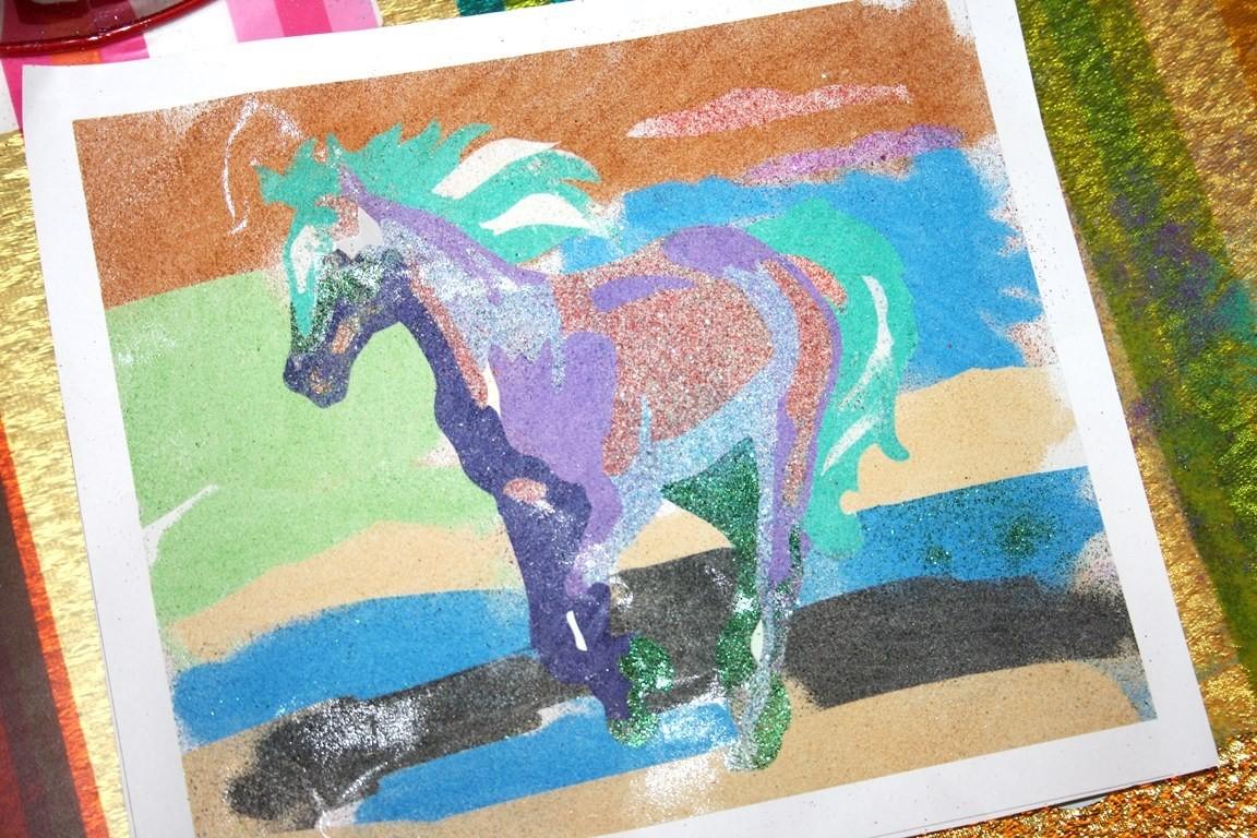 Лошадь из цветного песка
