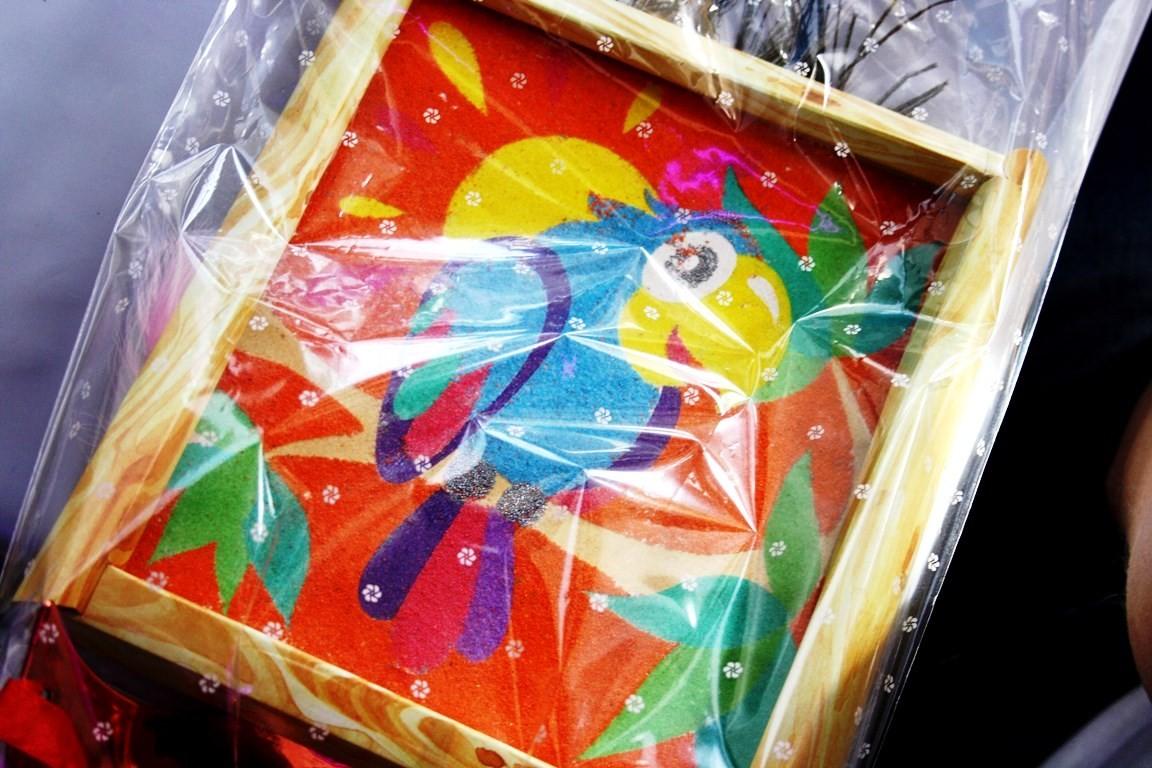 Попугай из цветного песка