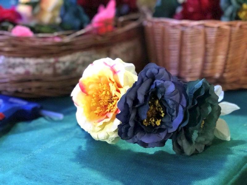 Ободок из искусственных цветов