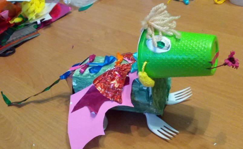Динозавр из вторсырья