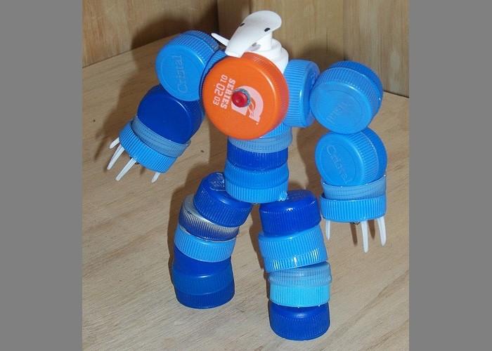 Робот из пластиковых крышек